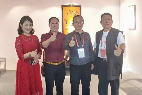 北京故宫博物院副研究员周京南(右二)和御乾堂红木董事长马海军(左二)留影.jpg