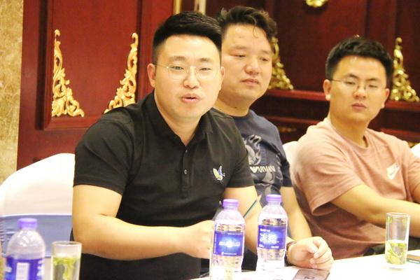 东阳汉府家具总经理马汉龙(左一)在会上发言.jpg