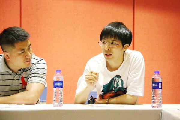 仙游中式美学研习社轮值社长、仙游辉煌仙艺总经理王俊德(右)在会上发言.jpg