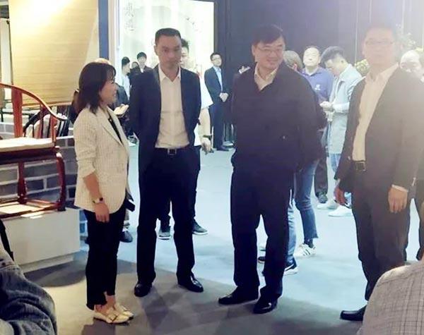 浙江省金华市副市长、东阳市委书记黄敏(左三)在首届中国红木家具展期间参观御乾堂红木展馆