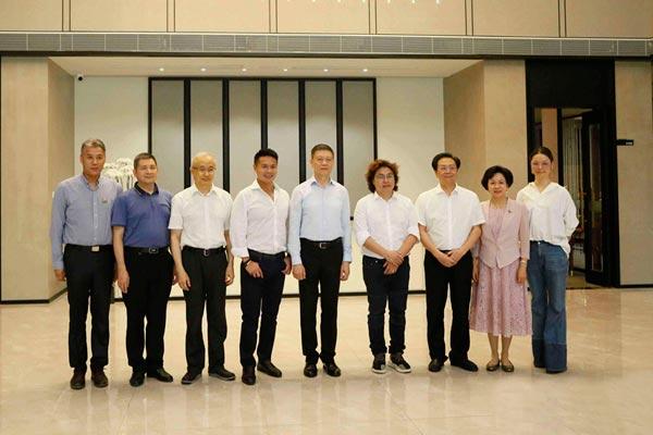 深圳市政协领导莅临戴为品牌生活馆参观指导,对戴为尤品《蓝山客厅系列》赞叹不已