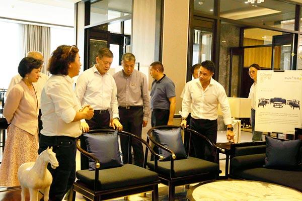 戴为尤品创始人戴爱国(左二)为深圳市政协党组书记、主席戴北方(中)领导一行介绍《蓝山客厅系列》