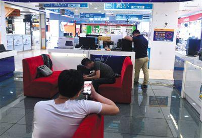 """朝外百脑汇多个入口均贴上了《停业公告》 宣布""""百脑汇北京店将于6月9日正式闭馆"""""""