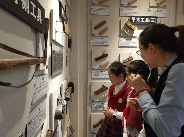 吴宁镇第四小学的师生们参观御乾堂红木榫卯家具陈列馆