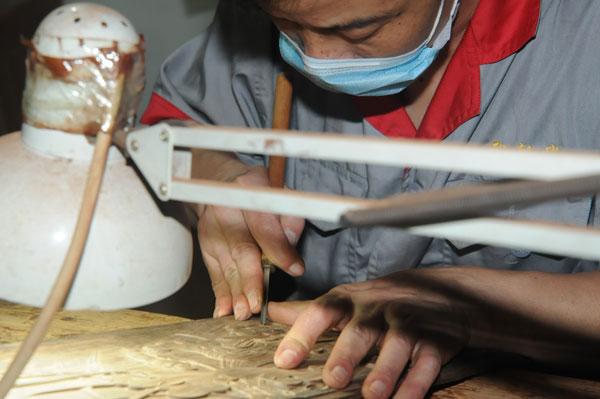 御乾堂红木工匠们传承东阳木雕技法,坚持纯手工雕花,用心对待每件产品