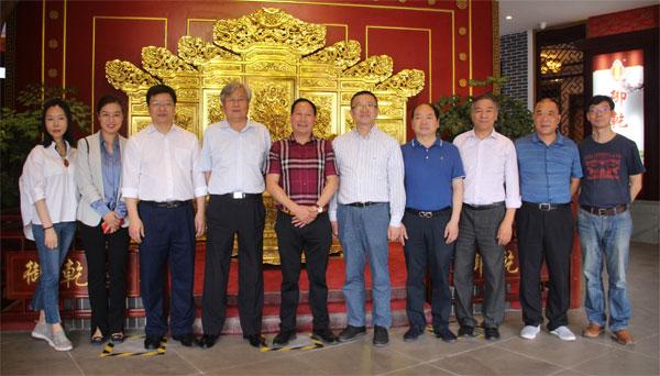 西泠印社老师们与浙江省工艺美术行业从业人员一行走进御乾堂红木,并与御乾堂红木董事长马海军(左五)在展厅内合影