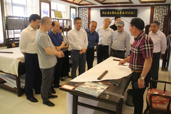 在御乾堂红木董事长马海军的陪同下,西泠印社老师们参观了其木材车间和设计中心