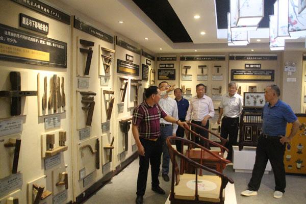 西泠印社老师们参观御乾堂红木的生产,品读东阳木雕丰富的文化魅力