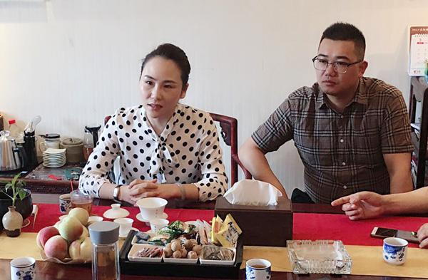 御乾堂红木总经理马姣姣(左)、营销总监俞佳平(右)亲自接待,并与金华市科技局、东阳市科技局领导们深入交流