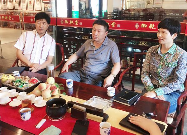 金华市科技局副局长胡卫国(中)在交流会上对御乾堂红木在技改工作上的决心与力度表示了肯定