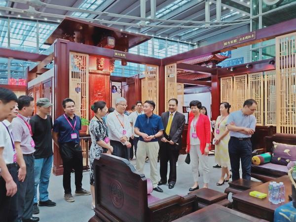 国方家居深圳红木展展馆吸引了大批专家领导、专家买家和红木爱好者进馆参观品鉴