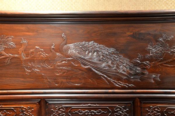 富宝轩红木家具上檀雕的孔雀画面,吉祥优美