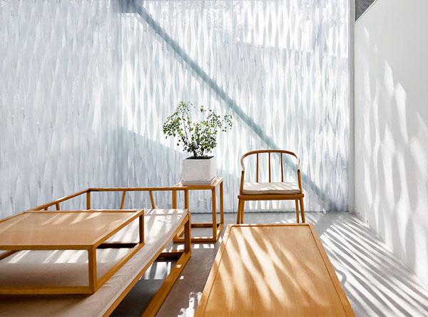 阳光照射在留白的墙上熠熠生辉,家居空间与自然万物的完美融合
