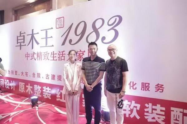 卓木王总裁杜长江(右一)、品牌总监龚燕艳(左一)与著名影视明星印小天在活动现场合影