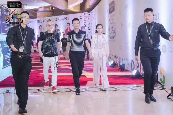 卓木王总裁杜长江(左二)、品牌总监龚燕艳(右二)与著名影视明星印小天一起走红地毯