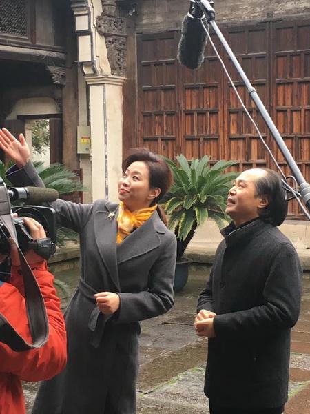 中国木雕艺术大师、大清翰林董事长吴腾飞(右)与《记住乡愁》节目主持人为观众介绍卢宅的建筑艺术特色和文化故事.jpg