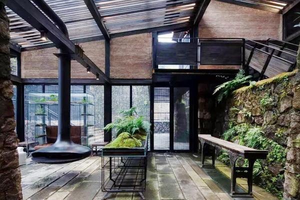 在不舍野马岭民宿中,中式家具被完好地继承与发扬,客房的设计简洁而有温度,提供了舒适的生活体验