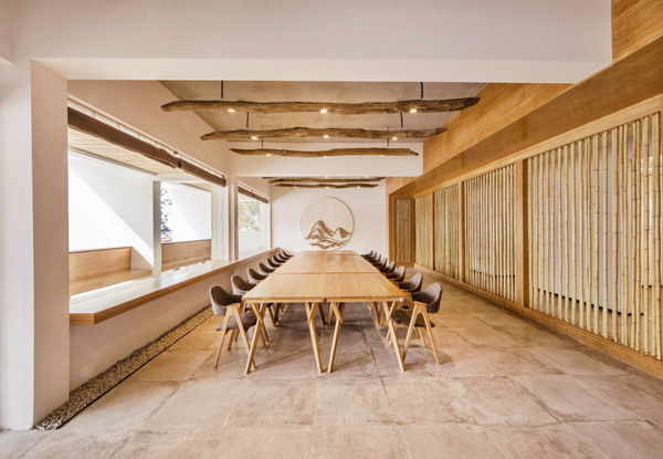 云见民宿室内选取的卵石、土布,现场设计、制作的家具陈设使用当地拆除的老木改制,使这些平面上看起来近似的客房在实际体验中别具一格
