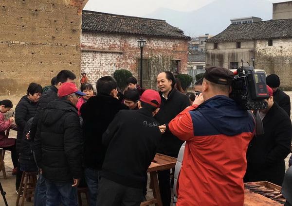 中国木雕艺术大师、大清翰林董事长吴腾飞在卢宅为群众讲解木雕文化2.jpg