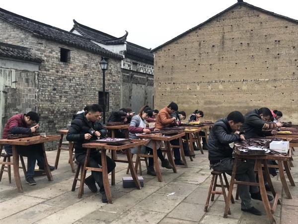 中国木雕艺术大师、大清翰林董事长吴腾飞在卢宅为群众讲解木雕文化1.jpg
