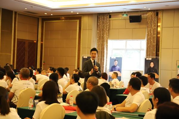 中信红木商学院特聘专业讲师为学员们授课