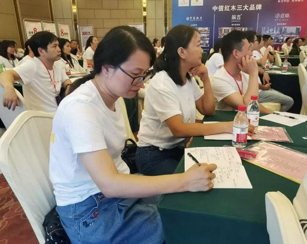 现场学习氛围浓烈,学员认真记笔记