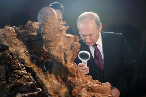 厦门金砖国家领导人会晤时,名为《事事如意》的檀香莆田木雕工艺品吸引了俄罗斯总统普京的驻足观赏