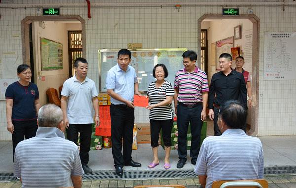 尹付林院长(左三)代表广作红木研究院向大泽敬老院送上节日慰问金