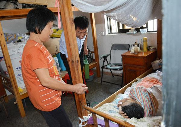 广作研究院院长尹付林前往行动不便的老人房间,送上节日问候