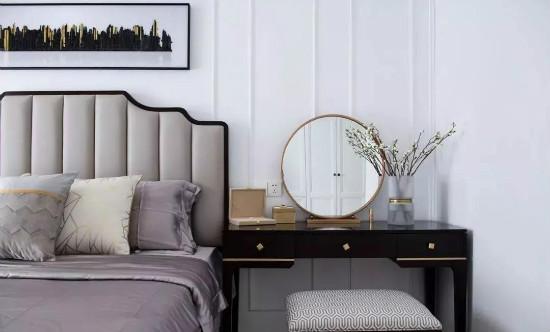 一侧的床头用梳妆台取代床头柜,满足女主的使用需求图片
