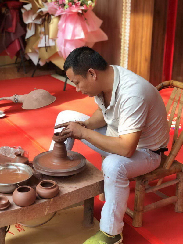 花艺、陶艺、古筝、山水画等各类文化活动在五大旗舰店活动现场展开