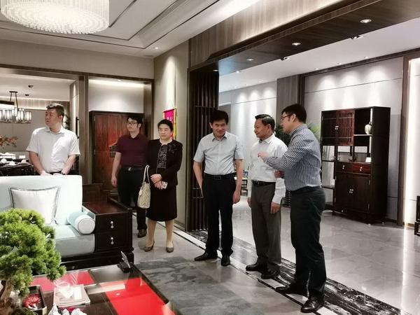 张崇和会长一行参观了东成·文宋系列样板展厅,对东成红木在产品设计研发方面取得的成绩表示了赞赏