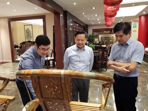 张崇和会长对红木家具文化和历史表现出了浓厚的兴趣