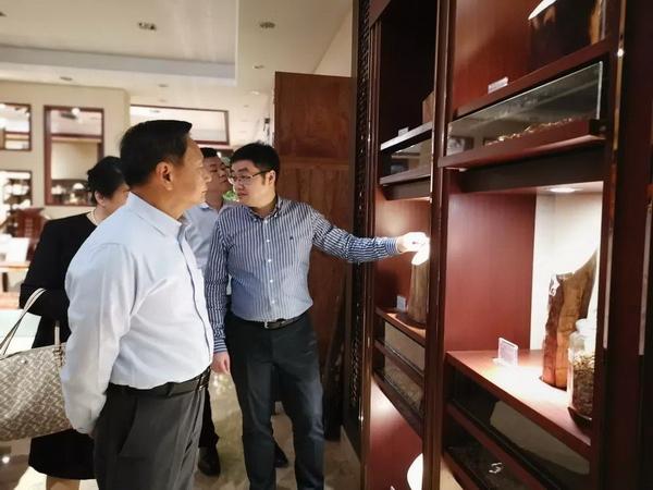 在红木保健区,张崇和会长对东成红木在产业带动性方面起到的积极作用表示了赞许
