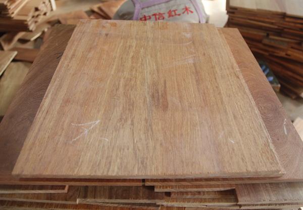 中信红木家具用料面板多采用独板.jpg
