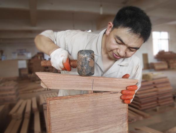 精细木工组装,中信红木注重产品结构的稳定性.jpg