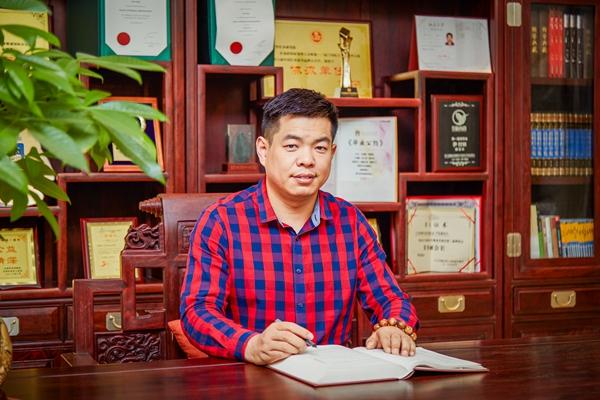 """图1 80后学术型企业家尹付林,将""""潮""""思维注入在传统红木行业中,推动""""广作""""流派发展.jpg"""