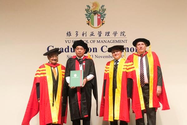 图2 尹付林领取维多利亚国际商学院国际商务博士学位证书,并与学院领导、教授合影.jpg