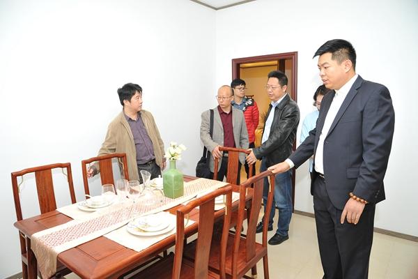 五邑大学的师生们近距离了解中国传统工艺,感受红木家具的魅力,学习红木经典文化