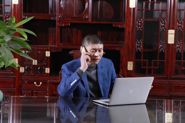 古森红木董事长吴飞阳勤勤恳恳带领古森红木勇攀新高峰.jpg