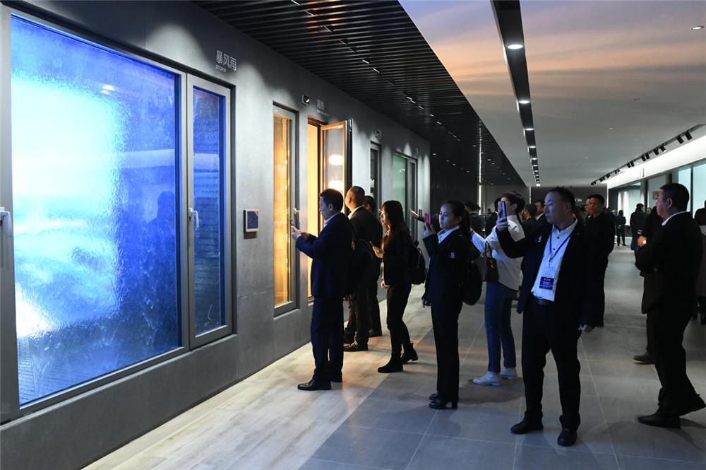新豪轩门窗新品展厅让所有经销商家人惊艳.jpg