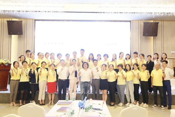 戴为总裁戴爱国(左八)及夫人董事总manager翁肖尤(左七)取教员们合影.jpg