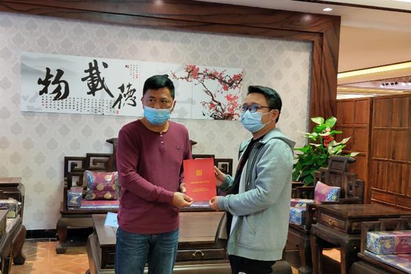 图1 中国红木消费权益保障工程(广东)副主任邓钦昌(左)与家具购买者叶先生(右)在购买的家具前合照.png