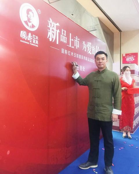 非遗第四代传承人、国寿红木副董事ub8优游app陈淦凡.jpg