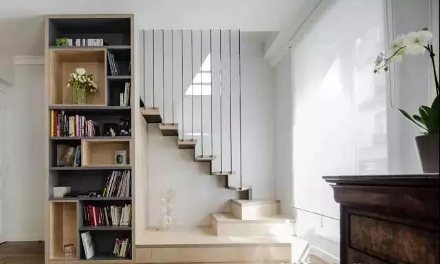 像是位于客厅的,就可以用来当成背景墙,书墙,把电视和书籍都放在楼梯