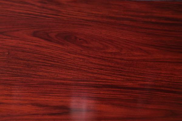 《佳境沙发》用材为色泽、纹理、材性俱佳的微凹黄檀