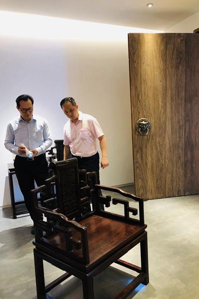 中国著名古典家具顶级藏家蒋念慈对醉木苑的《卷书扶手椅》进行了360°细致全面的品鉴,并给予了高度评价.jpg