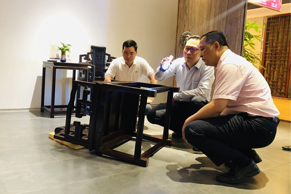 中国著名古典家具顶级藏家蒋念慈对醉木苑的《卷书扶手椅》进行了360°细致全面的品鉴,并给予了高度评价 (2).jpg