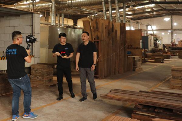 恒达木业董事长陈国良与品牌红木主播胡六顺共同走进工厂,揭秘水墨山水的生产全过程