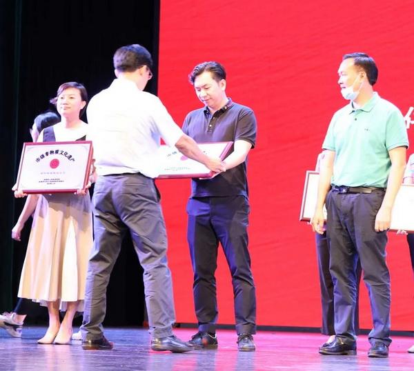 国寿红木总经理陈卫棠(右二)上台接受颁牌.jpg